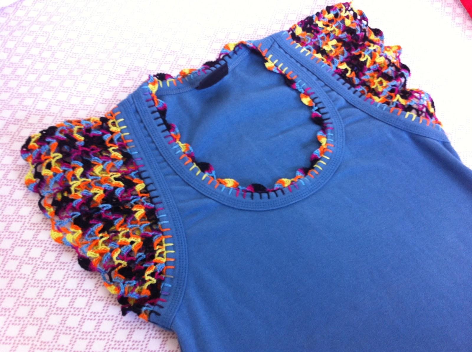 2d9193f63 Essa camiseta é um deles. Eu a customizei com crochê no ano passado