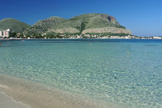 turkusowa woda i piaszczysta plaża, Sycylia, Mondello