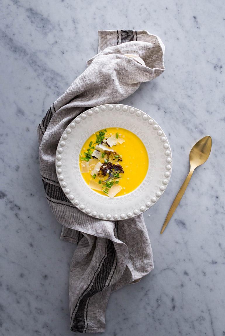 crema-coliflor-coco-cúrcuma-en-plato-bordallo-pinheiro