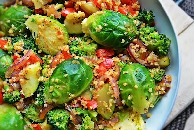 Brukselka, brokuły, bulgur, papryka, cebula i cukinia z patelni