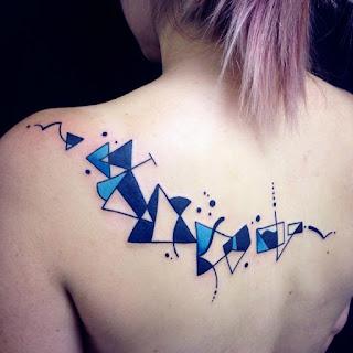 tato abstrak punggung wanita