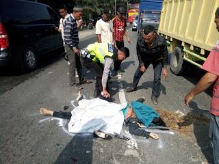 Polisi dan warga mengevakuasi korban.