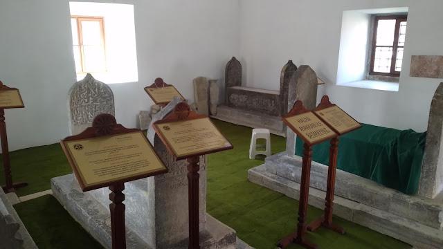 İsmail Bey Türbesi, Türbe 1460 öncesinde kesme taştan yaptırılmıştır. Kabirlerde İsmail Bey'in çocukları ve ümeradan şahıslar medfundur. - Kastamonu