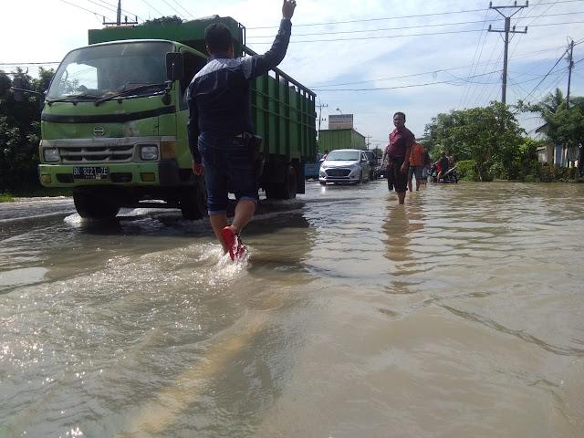 Banjir Rendam Ruas Jalan Lintas Aceh-Medan