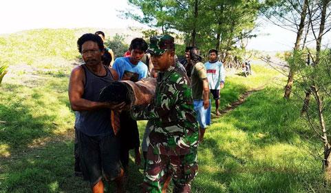 petugas gabungan dibantu warga saat mengevakuasi mayat korban