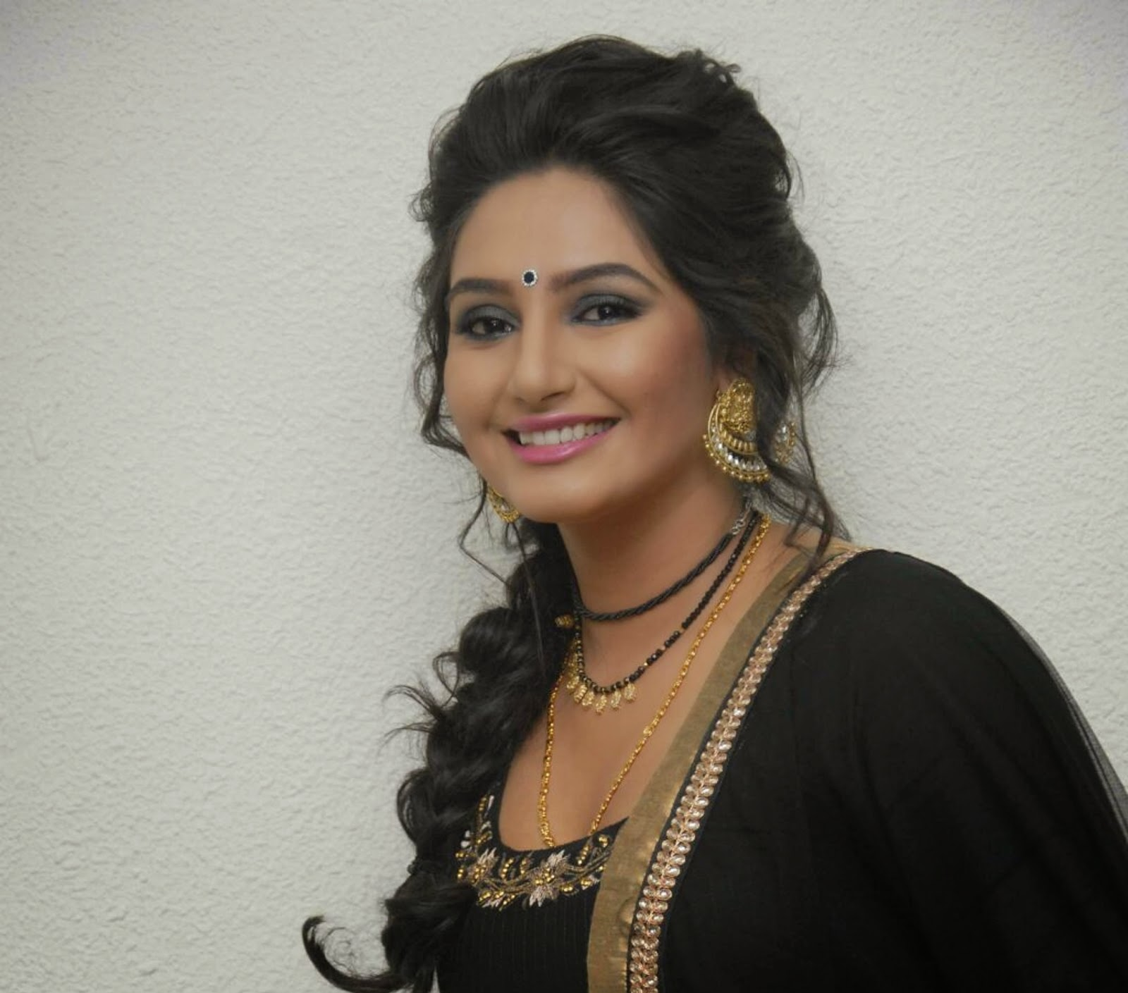Free Download HD Wallpapers: Ragini Dwivedi HD Wallpapers