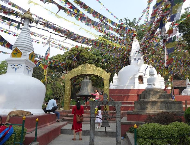 stupa e campana al tempio delle scimmie