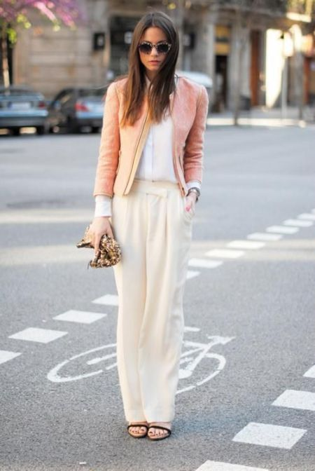 street style: beige and peach outfit with loose pants