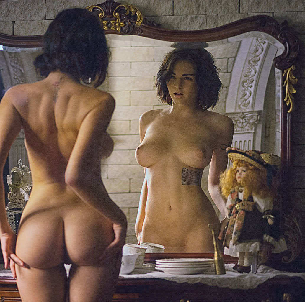 Девушки обнажают перед зеркалом #8