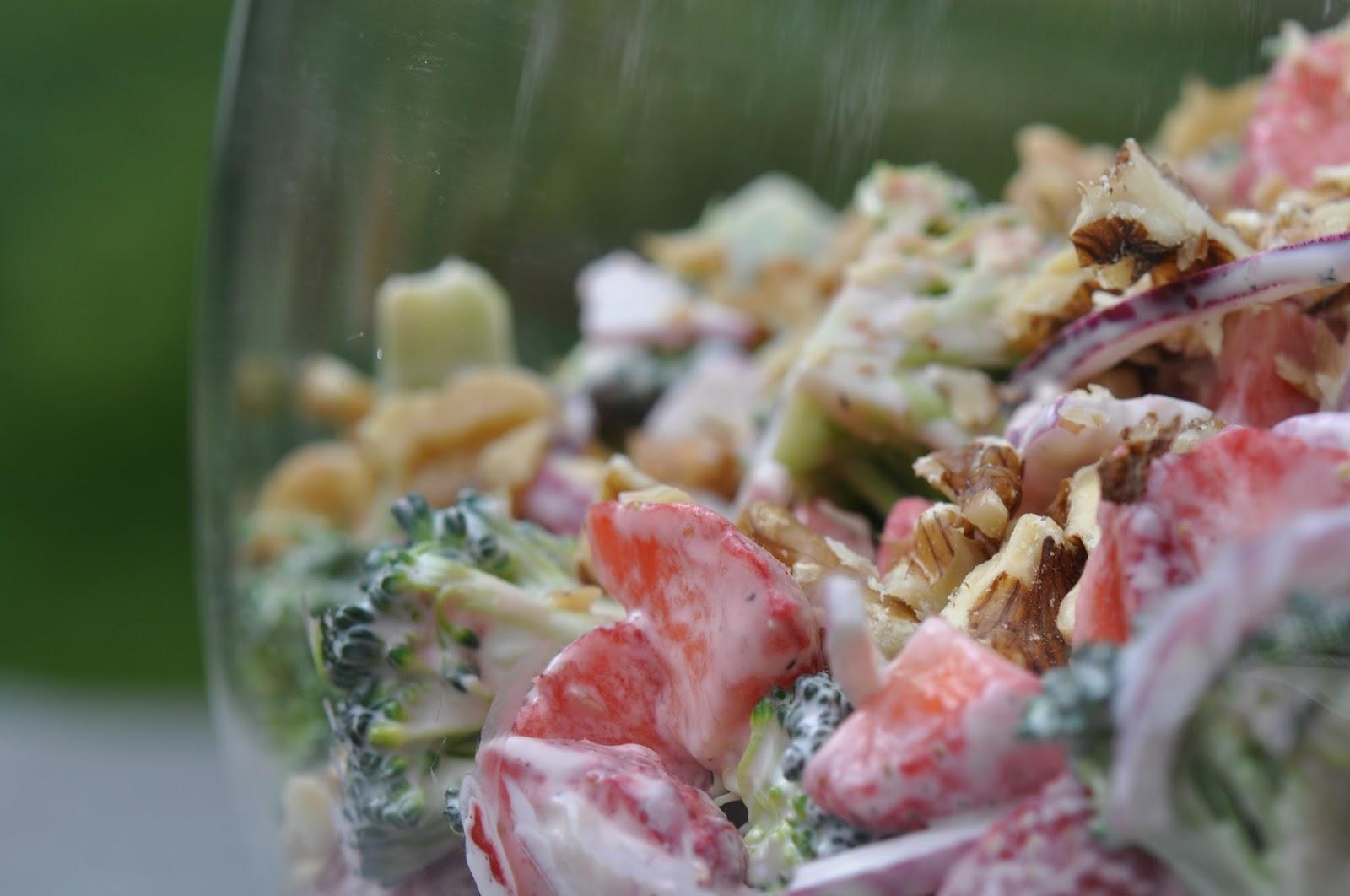 Kom Til Bords Brokkolisalat Med Jordbær Og Valnøtter