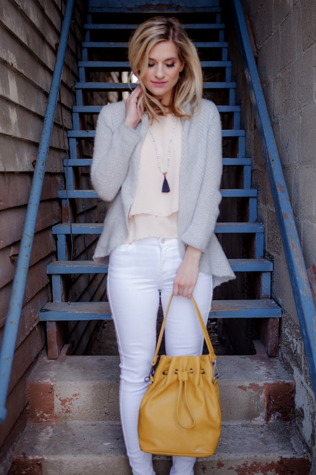 bijuleni- neutral palette outfit: white skinny jeans and blush top