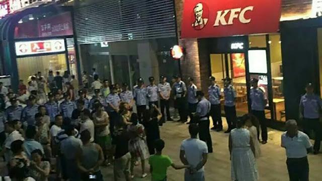 Chinos destrozan sus iPhones y protestan frente a KFC por fallo sobre el mar de la China Meridional