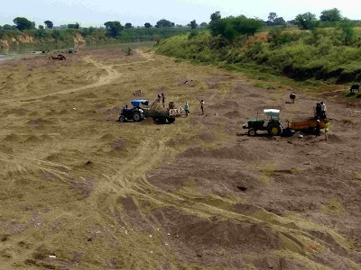 सिंध नदी से जमकर हो रहा रेत का दोहन, निकाली जा रही लाखों की रेत