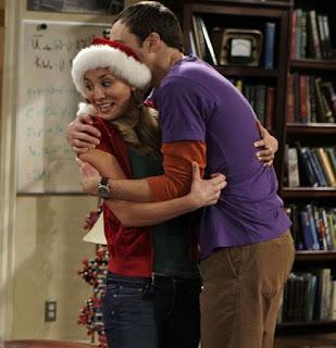 Sheldon abraça Penny em Big Bang Theory: cena rara