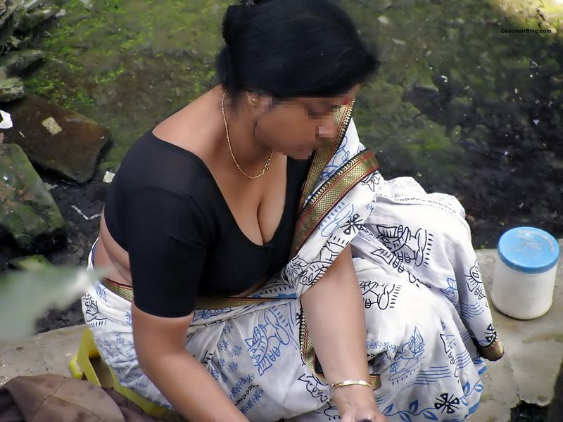 desi bhabhis showing big cleavage and downblouse pics