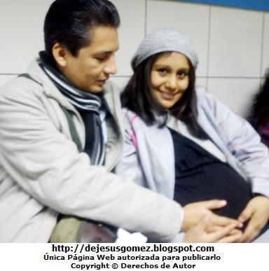 Foto de una mujer con su esposo antes de dar a luz   (Esperando su turno en el Hospital). Foto de mujer embarazada de Jesus Gómez