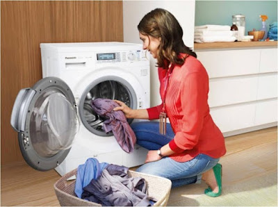 mencuci baju dengan mesin cuci