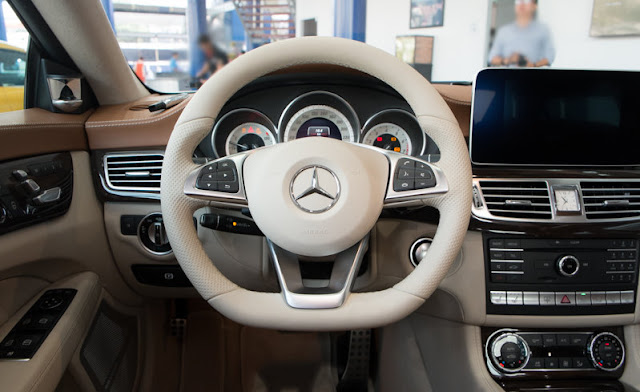 Nội thất Mercedes CLS 500 4MATIC sử dụng Vô lăng 3 chấu, được bọc Da cao cấp và ốp Gỗ
