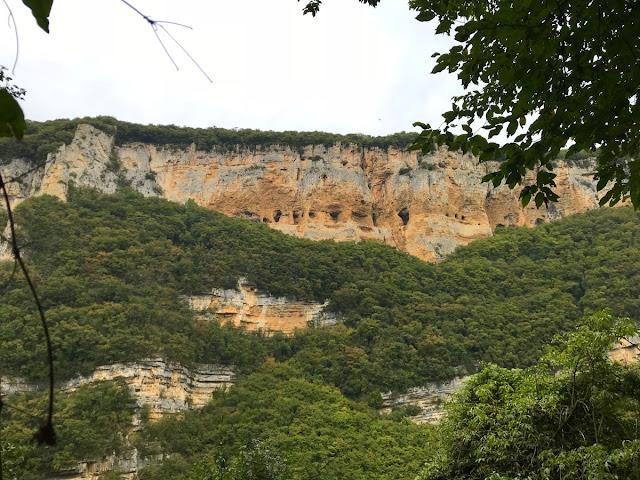 Attraverso il selvaggio Vajo dell'Anguilla ricco di vegetazione ed antichi ripari di roccia. Una volta usciti dal Vajo cammineremo alla scoperta di antiche contrade godendo dei bei colli circostanti Bosco Chiesanuova