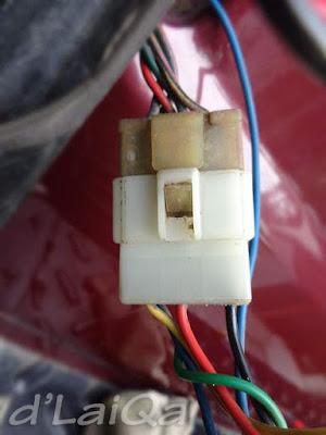 periksa dan bersihkan socket kabel lampu