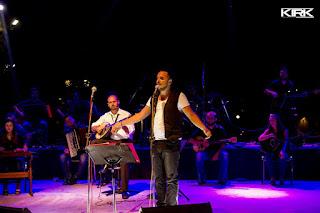 Ο Άκης Δείξιμος στη σκηνή τραγουδάει