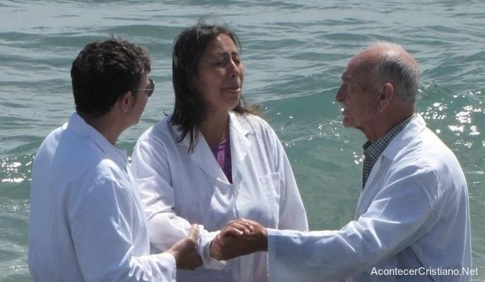 Mujer ciega vuelve a ver en bautismo
