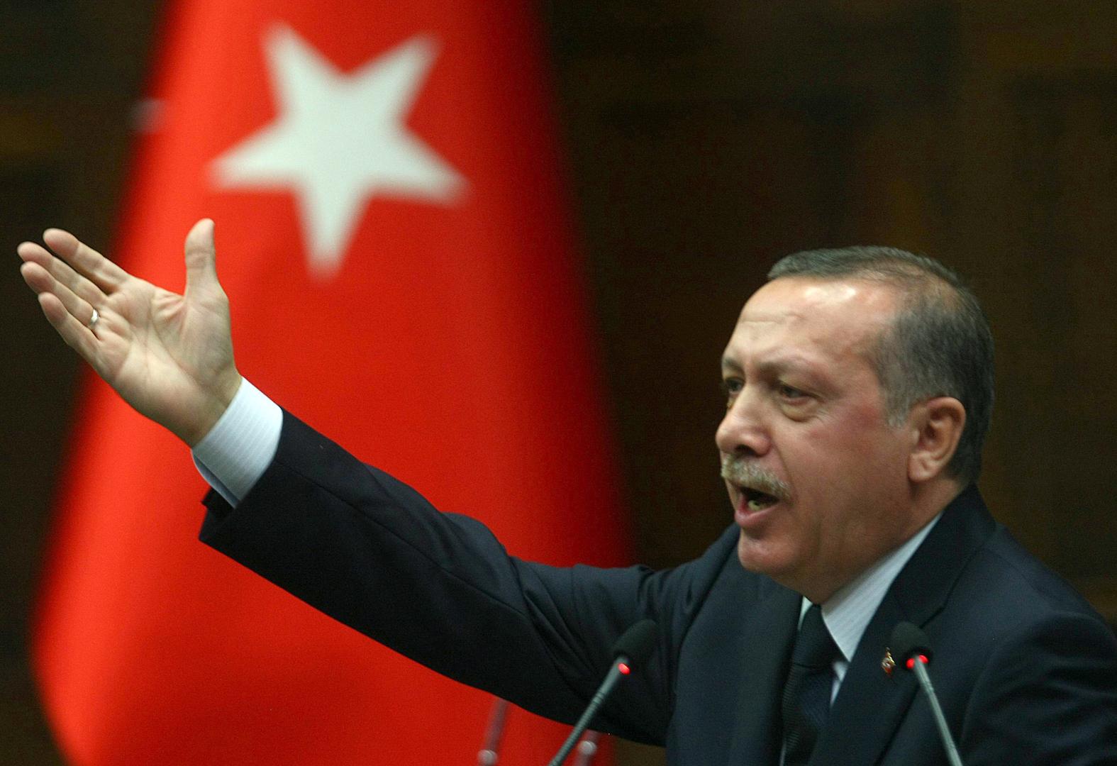 Erdogan-raising-hand