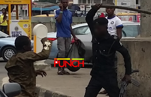 police fight mad man lagos ikorodu road
