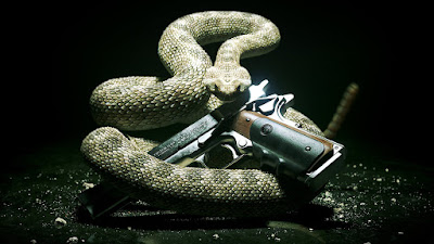 Pistola de Hitman con serpiente envolviéndola