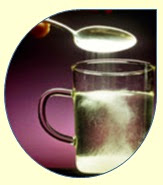 Segundo especialistas, o açúcar pode provocar uma sensação de bem-estar por causa da produção de certos neurotransmissores, como a serotonina. E é por isso que as pessoas costumam confundir essa sensação de bem-estar com o tal efeito relaxante que muita gente acredita que a mistura de água com açúcar pode proporcionar. - Blog Saltitando com as Palavras
