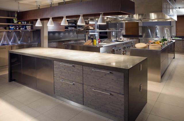 Sementara bagian dapur terlihat rapi dan nyaman dengan penempatan beberapa kabinet secara vertikal dan horizontal.
