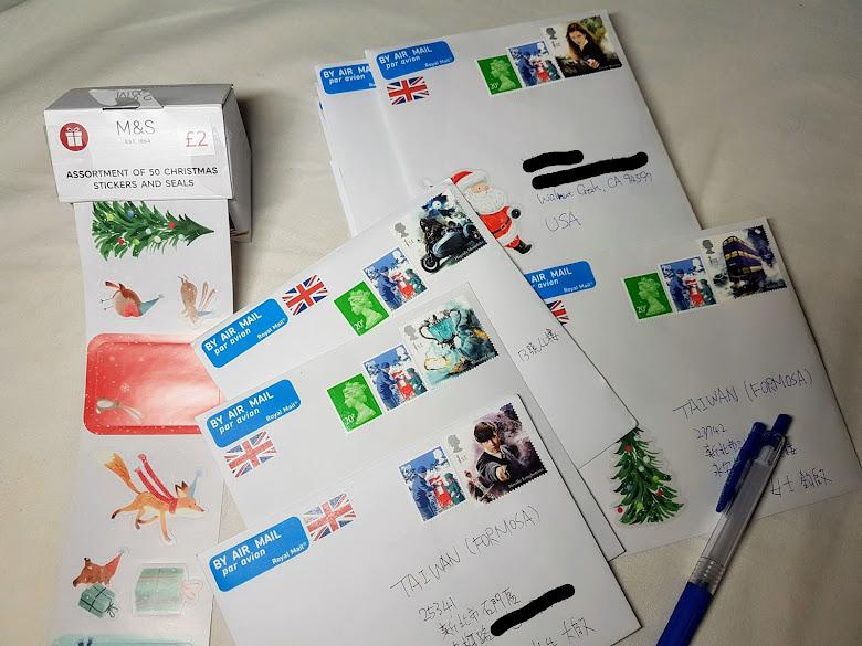 完成準備的賀卡,貼滿貼紙與郵票