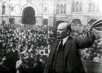 Lenin fra la folla a Pietrogrado.