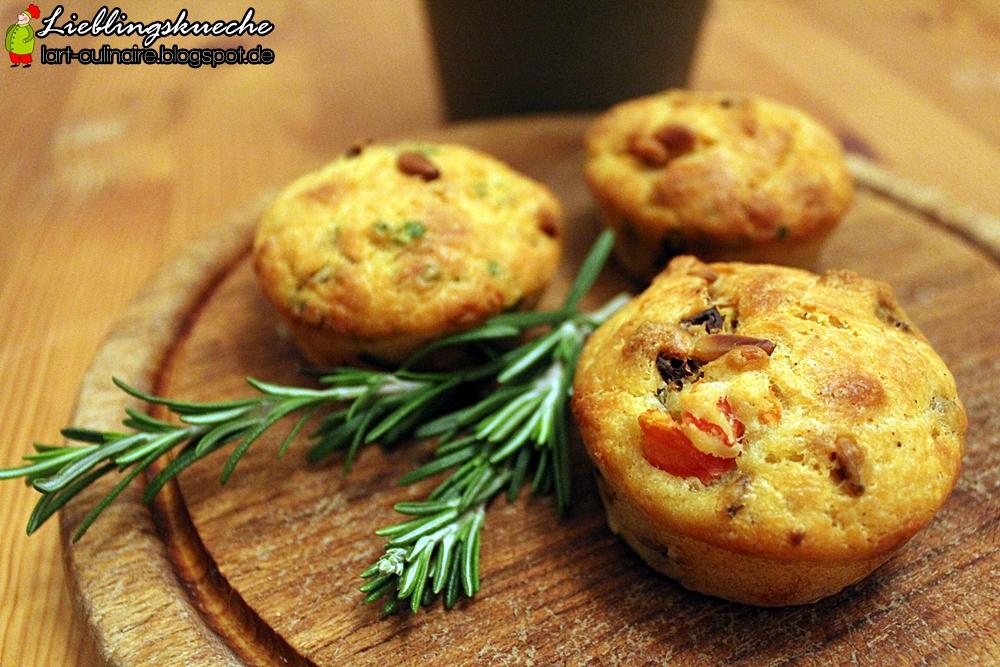 Herzhafte Muffins mit Tomaten und Pinienkernen