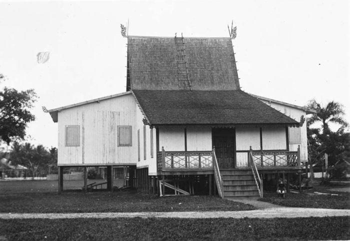 COLLECTIE_TROPENMUSEUM_Borneo_museum_in_Bandjermasin_TMnr_60018759.jpg (700×482)