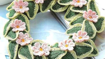 Corona flores planas y abalorios a ganchillo