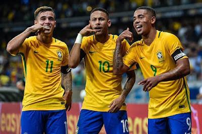 Pemain Brazil merayakan gol