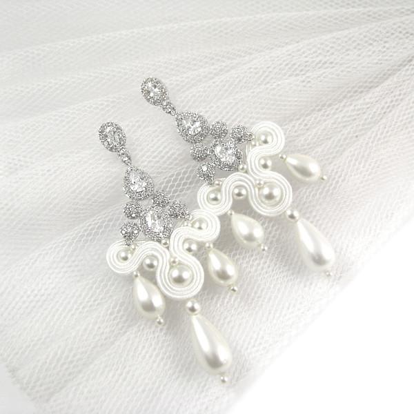 Śnieżnobiałe, kandelabrowe kolczyki ślubne sutasz z perłami.