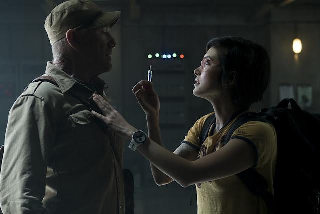 Ken Wheatley (Ted Levine) et Zia Rodriguez (Daniella Pineda) dans Jurassic World 2 : Fallen Kingdom
