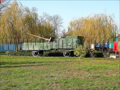 Музей паравозов в Бресте. Артиллерийское орудие на жд-платформе