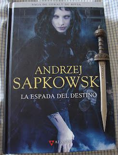 Portada del libro La espada del destino, de Andrzej Sapkowski