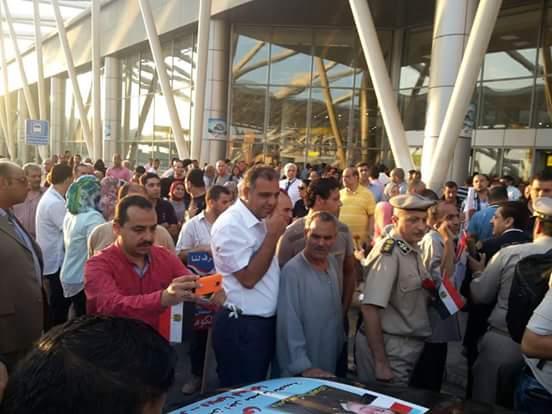 لحظة وصول البطل النقيب محمود عصام الكومى الى مطار القاهرة الدولى