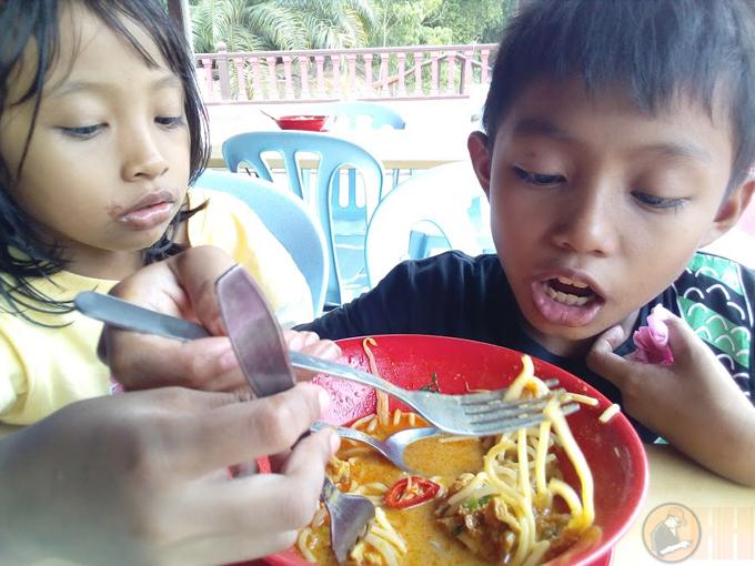 Berselera layan Mee Kari di Warung D Bukit Changkat Ibol, Taiping