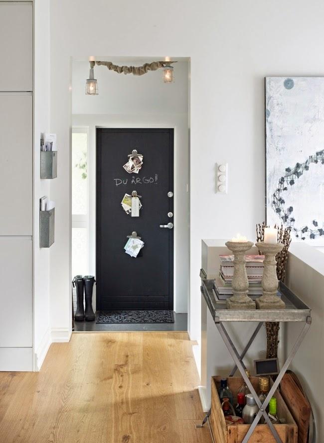Mieszkanie w skandynawskim stylu z dodatkami vintage, wystrój wnętrz, wnętrza, urządzanie domu, dekoracje wnętrz, aranżacja wnętrz, inspiracje wnętrz,interior design , dom i wnętrze, aranżacja mieszkania, modne wnętrza, białe wnętrza, styl skandynawski, vintage, starocia, dom, mieszkanie, wejście, przedpokój, drzwi