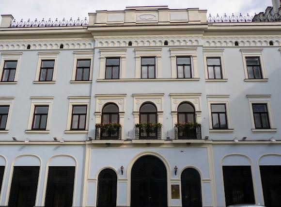 Черновцы. Центральная площадь, 3. Бывший отель «Три короны»