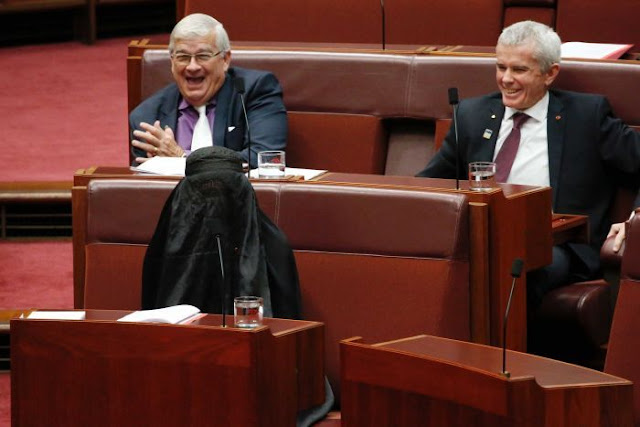 Senator Pauline Hanson di kecam kerana pakai burqa