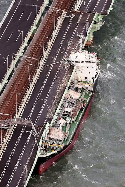 関空との連絡橋に激突した給油タンカー