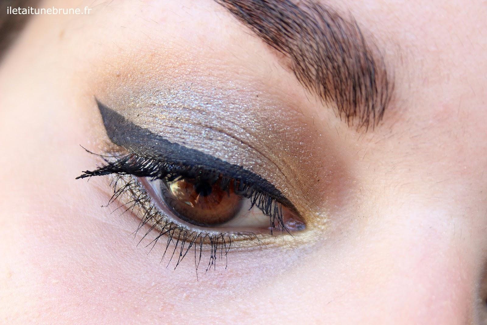 maquillage des yeux kaki et trait d'eyeliner noir épais