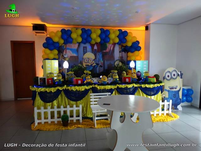 Decoração de festa infantil tema Minions - Mesa tradicional forrada com toalhas de pano (tecido em cetim)