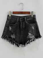 http://fr.shein.com/Bleach-Wash-Distressed-Denim-Shorts-p-363250-cat-1935.html
